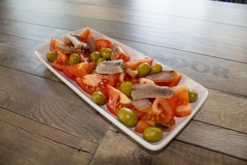 ensalada de tomate partido, aceitunas y bonito