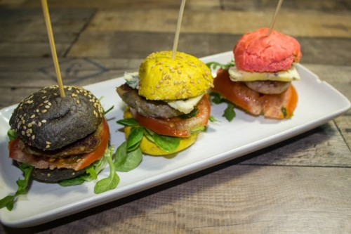 mini hamburguesas de colores con diferentes ingredientes