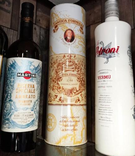 botellas de vermut, martini y petroni