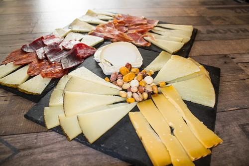 variedad de quesos en tabla de quesos y tabla de embutidos